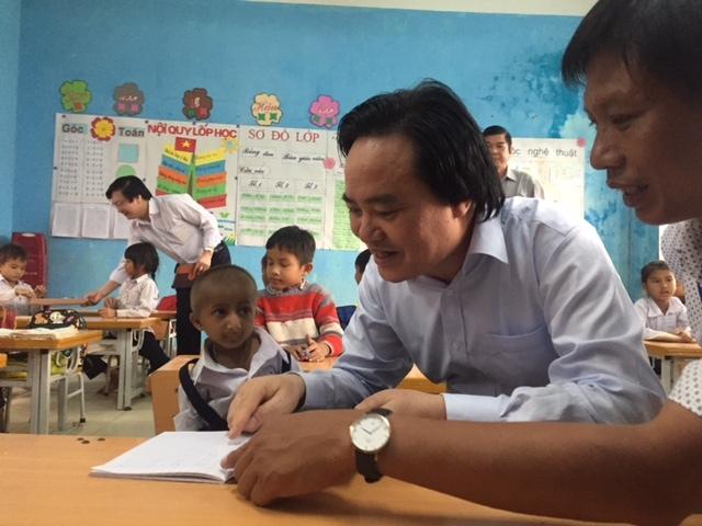 Bộ trưởng Giáo dục 'trả nợ' lời hứa với cậu học trò đặc biệt
