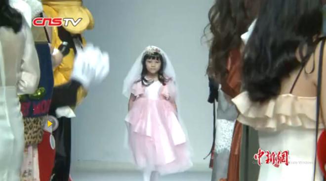 Cô bé 7 tuổi bị ung thư gây xúc động tại tuần lễ thời trang