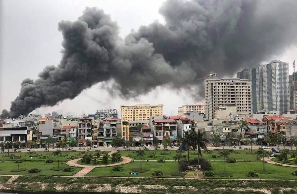 Cháy lớn ở chợ Thanh Liệt, dân đập tường tháo chạy