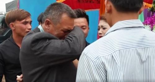 Video: Bố đơn thân khóc nghẹn tiễn con gái về nhà chồng