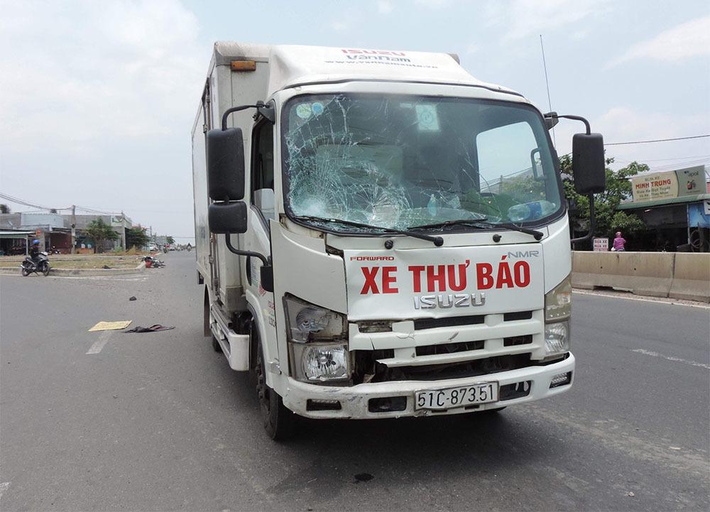 Băng qua quốc lộ, 2 vợ chồng bị tải xe tông tử vong