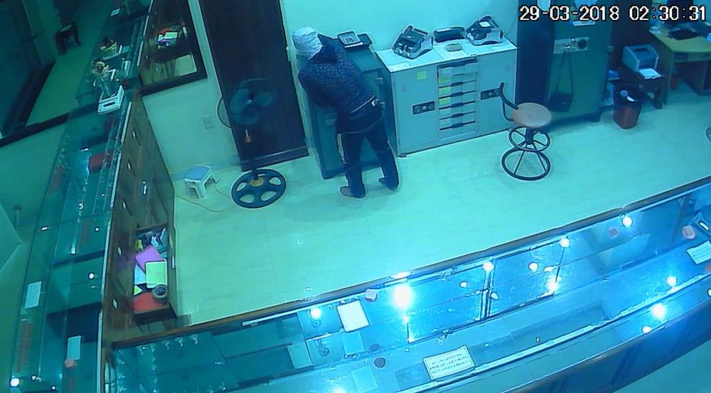 Hình ảnh tên trộm cầm dao đột nhập tiệm vàng trong đêm