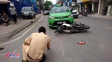 Hà Nội: Taxi va 2 xe máy, 3 người nhập viện