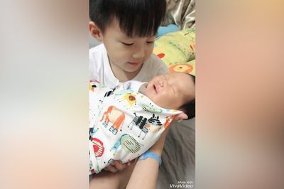 Con trai đầu lòng của Nghiêm Xuân Tú vừa ôm em vừa hát ru