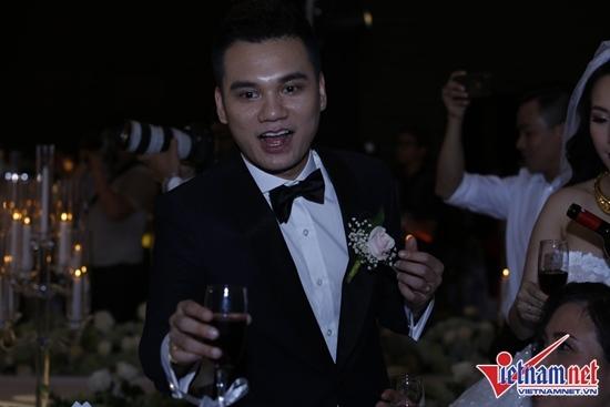 Tuấn Hưng hát 'Nắm lấy tay anh' mừng đám cưới Khắc Việt