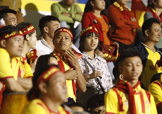 """Fan nữ Nam Định """"hạ đẹp"""" fan nữ HAGL trên khán đài"""