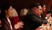 Vợ chồng Kim Jong Un thích thú xem các nữ ca sĩ Hàn biểu diễn