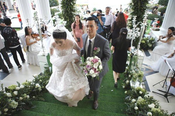 Ca sĩ Quang Dũng bất ngờ xuất hiện trong đám cưới xa hoa ở Vinh