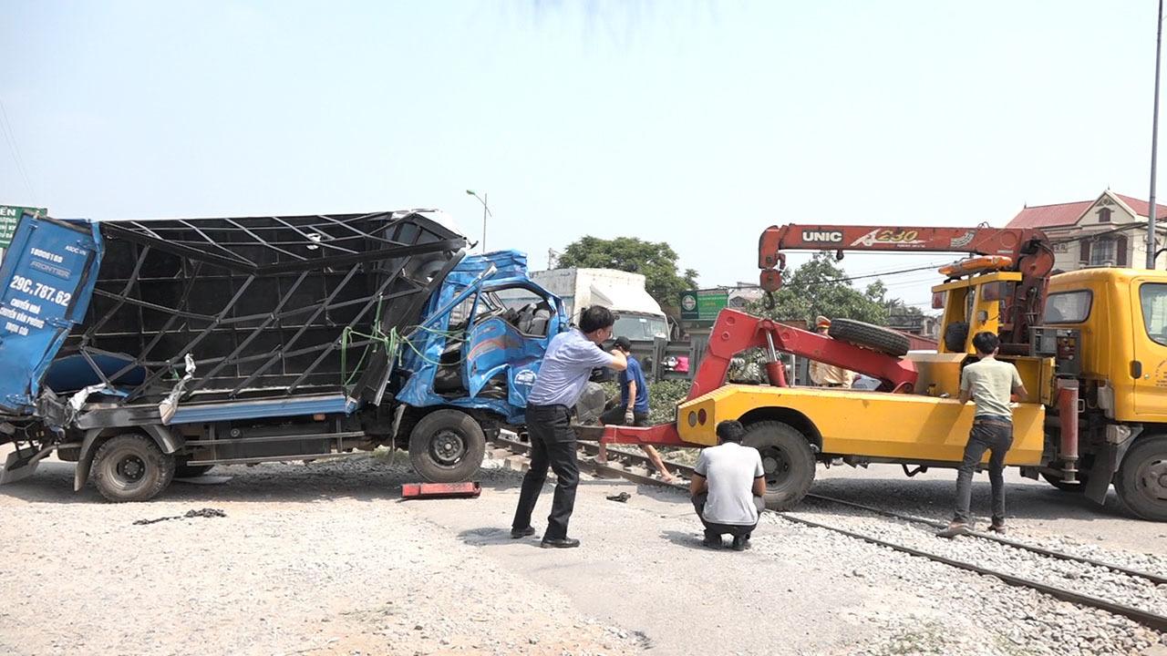 Hà Nội: Xe tải bị tàu thống nhất 'vần vò' biến dạng