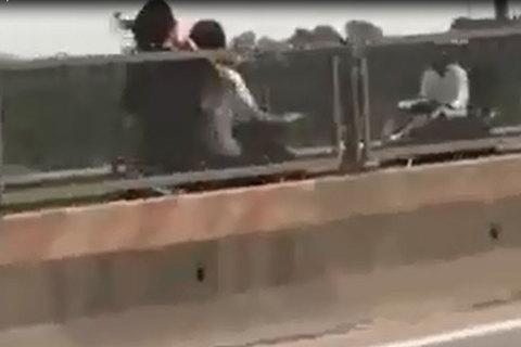 2 cô gái đầu trần, phóng xe ngược chiều bạt mạng trên cao tốc