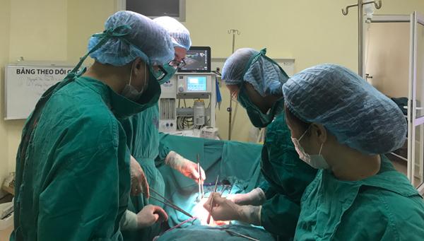 Đau bụng kéo dài, bóc ra khối u nặng bằng đứa trẻ 6 tháng