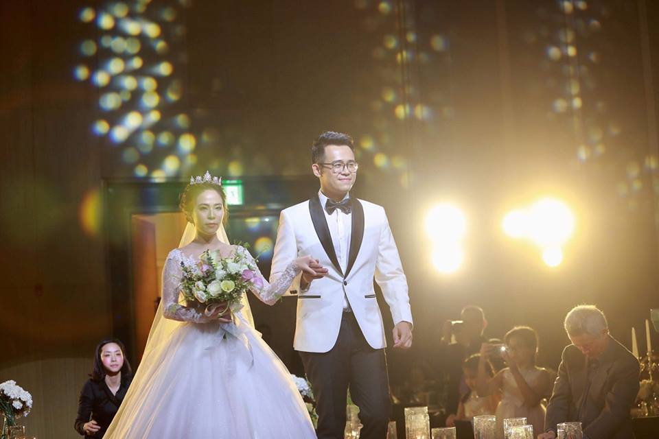 MC Đức Bảo VTV hôn đắm đuối bà xã xinh đẹp trong ngày cưới