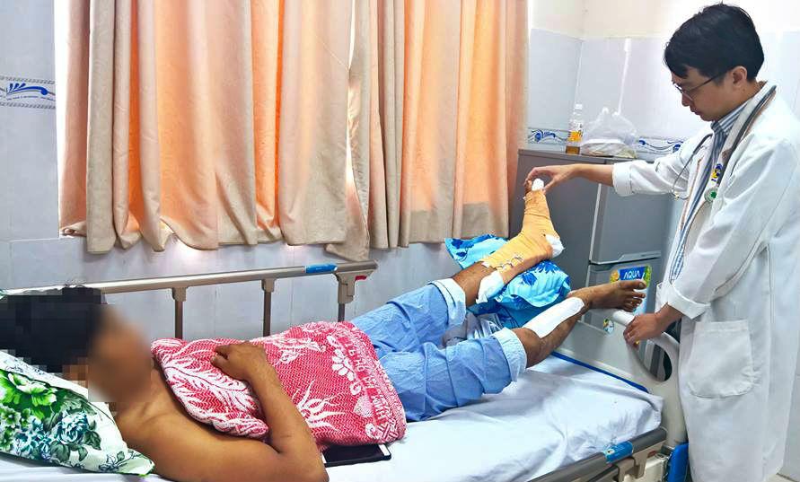 Chàng trai mang chân lủng lẳng vào phòng cấp cứu