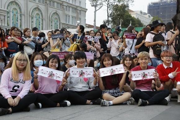 Fan Việt vỡ òa khi được ôm 'Hoàng tử lai' Kim Samuel
