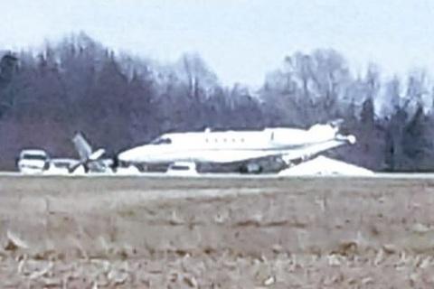 máy bay đâm nhau trên đường băng