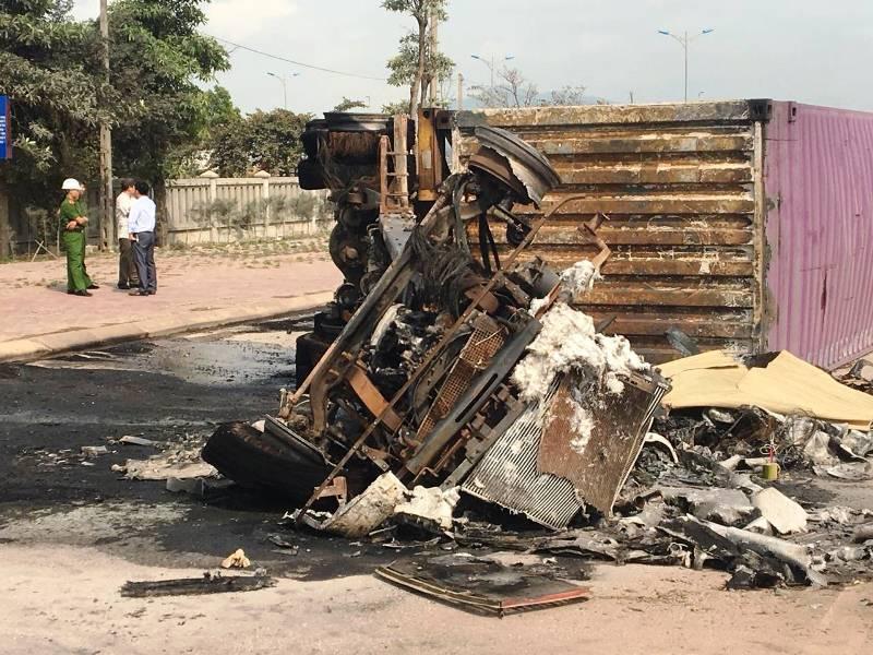 Xe container đâm dải phân cách bốc cháy, 2 người chết thảm