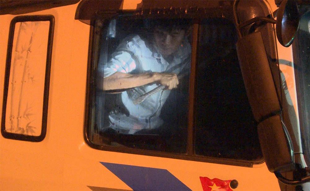 Tài xế lao xe vào cảnh sát rồi cầm hung khí cố thủ trong cabin