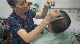 Bà tiên giữa đời thực: một mình chăm người dưng bị liệt