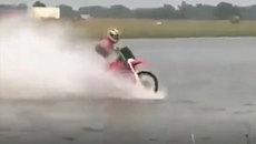 Đi xe máy như bay trên mặt nước