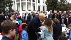 Ông Trump nghiêng người hôn vợ trước đông người