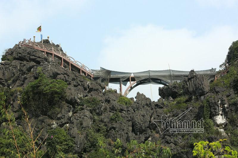 Khoan cắt bê-tông tháo dỡ 'Vạn lý trường thành' ở Tràng An