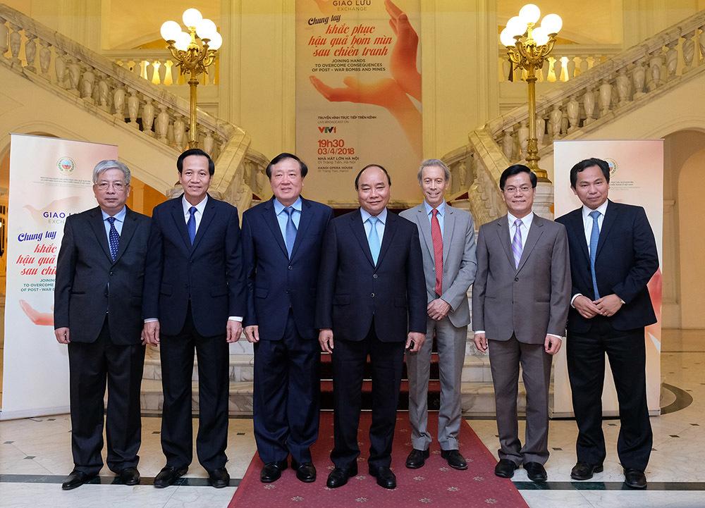 Thủ tướng dự giao lưu Chung tay khắc phục hậu quả bom mìn