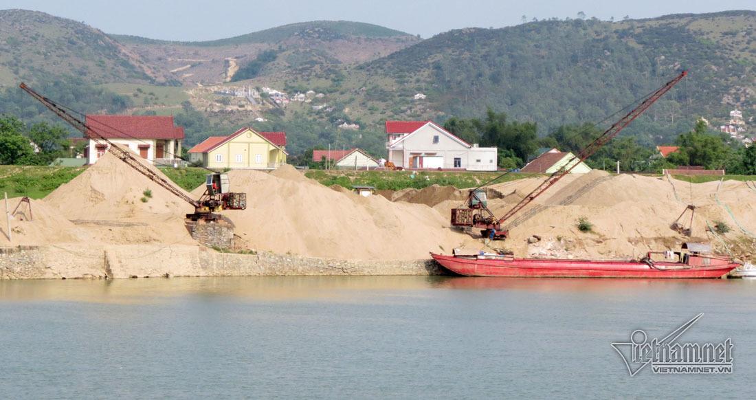 Cả làng bất lực nhìn hàng chục tàu rút ruột sông Lam