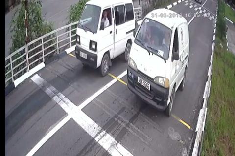 Cười rũ rượi với clip xe tập lái leo dốc rơi cả cửa ở Bắc Ninh