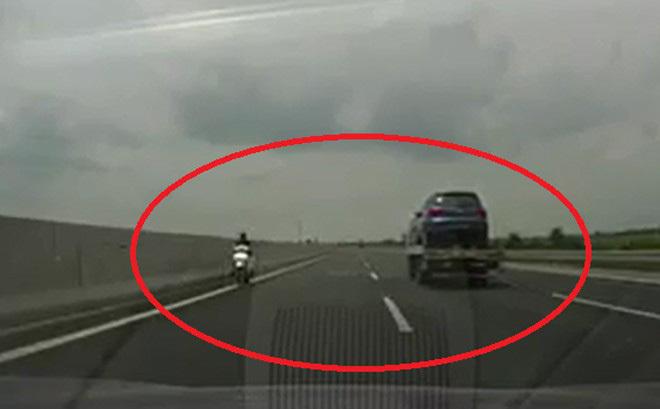 Quý bà băng băng xe máy ngược chiều cao tốc Hà Nội - Hải Phòng