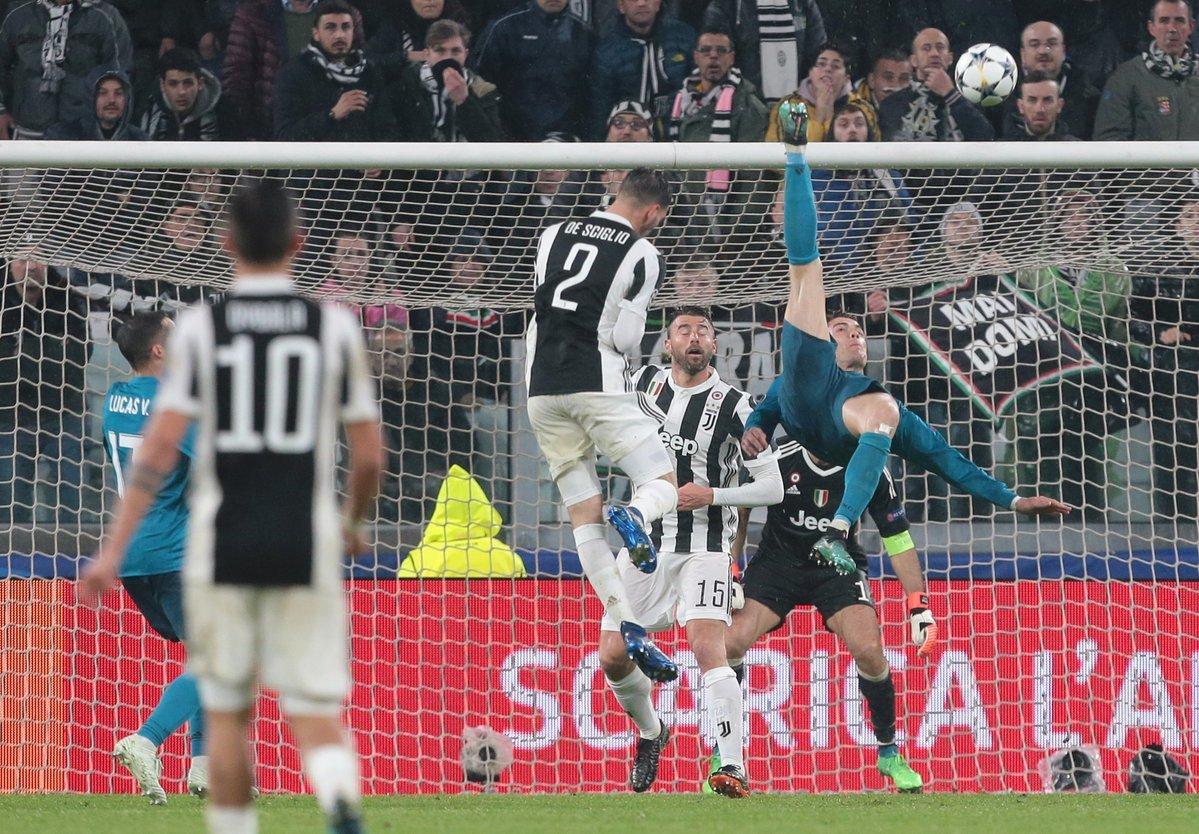 Ronaldo vẽ tuyệt phẩm: Thế giới điên đảo vì CR7