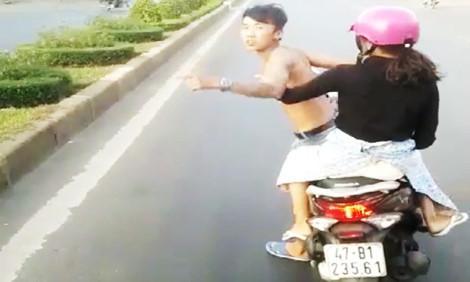 Phạt thanh niên đầu trần chở bạn gái chặn ô tô hơn 6 triệu
