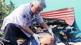 Bác sĩ nỗ lực cứu người rơi từ lầu 4 gãy chân tay