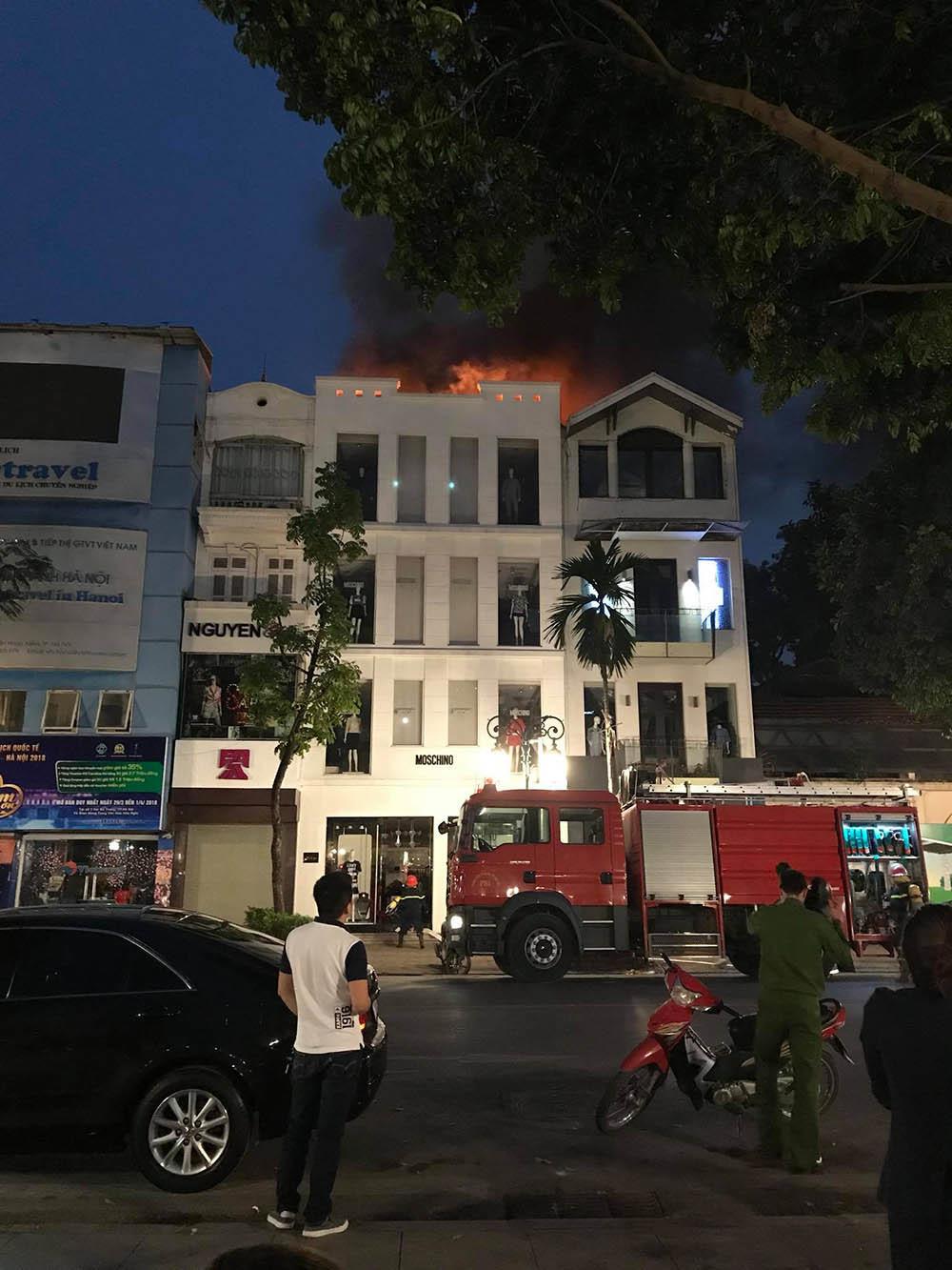 Cửa hàng giữa trung tâm Hà Nội cháy nổ đùng đùng