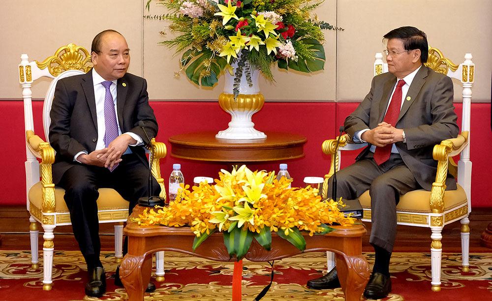 Thủ tướng gặp Thủ tướng Lào bên lề hội nghị MRC