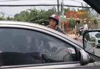 Vì suất cơm 35 nghìn, tài xế ô tô bị đôi nam nữ cầm dao chặn đầu xe, chửi bới
