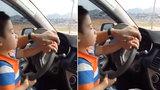 Bố mẹ khoe cho con trai nhỏ tuổi lái xe gây bức xúc