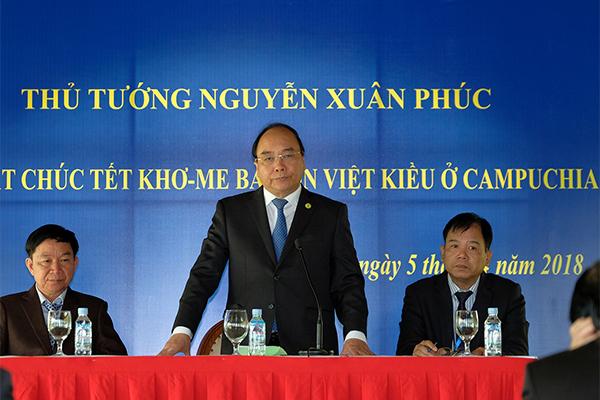 Thủ tướng gặp gỡ, tặng quà cho kiều bào nghèo ở Campuchia