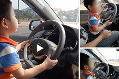 Mẹ khoe clip con trai 3 tuổi lái ô tô lao vun vút trên đường