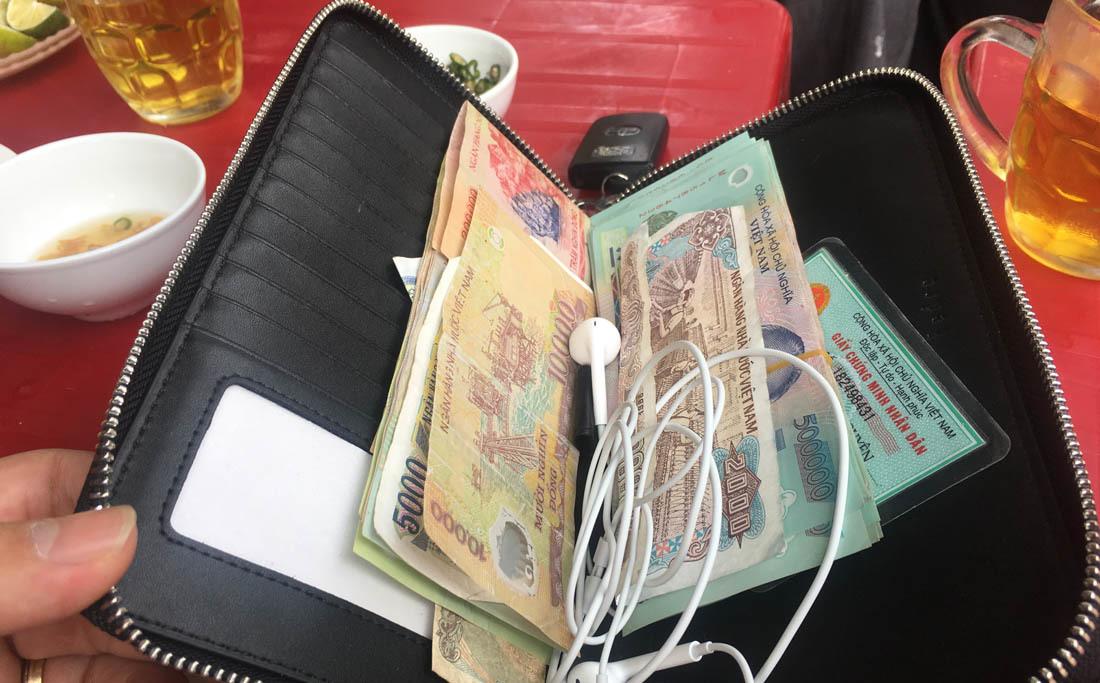 Nữ chủ quán trả lại ví có số tiền lớn cho khách để quên