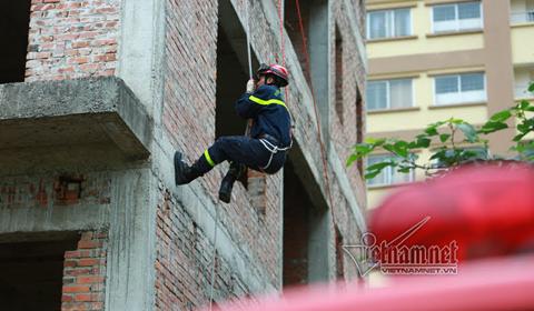 chiến sĩ cảnh sát PCCC luyện tập