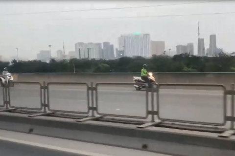 4 'ninja' nối đuôi nhau phóng ngược chiều trên đường cao tốc