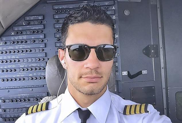 Ngắm phi công đẹp trai có lượng người hâm mộ hùng hậu