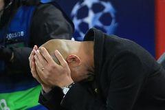Guardiola vò đầu nhận sai khi Man City thua bẽ bàng