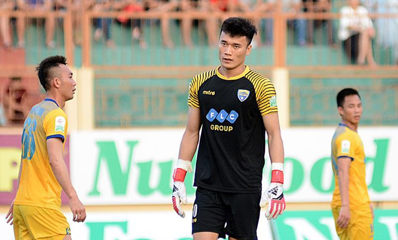 Bùi Tiến Dũng bắt chính, FLC Thanh Hóa vẫn thua đau Khánh Hòa