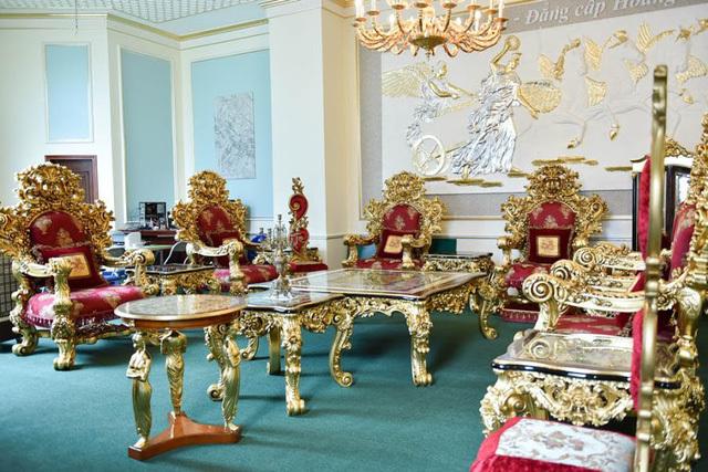 Bộ bàn ghế gồm 18 món trong đó 8 ghế sofa, 2 bàn, 8 đôn… tất cả đều được mạ vàng Ý và nổi bật bởi hoa văn chạm khắc đẹp.