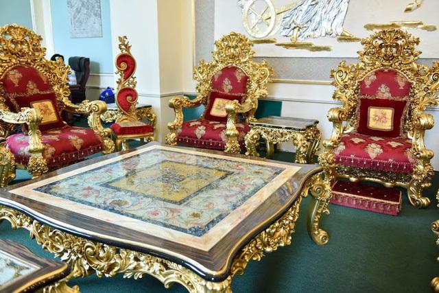 Được biết giá của bộ bàn ghế dát vàng này là gần 2 tỷ đồng