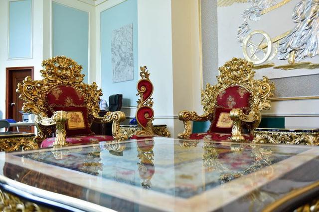 Theo đó, bộ bàn ghế được làm bằng gỗ gõ đỏ và được thực hiện hoàn toàn thủ công trong 7 tháng với gần 30 thợ và nghệ nhân.