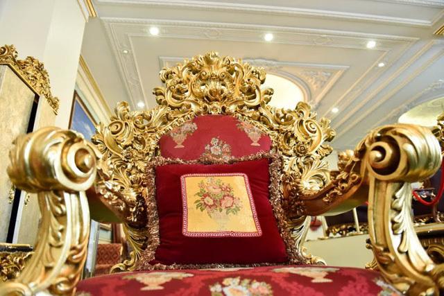 Bộ bàn ghế có kích thước khá lớn, trong đó chiều cao của ghế là 1m7, chiều ngang 1m2 và thích hợp đặt trong các không gian rộng như: lâu đài, dinh thự...