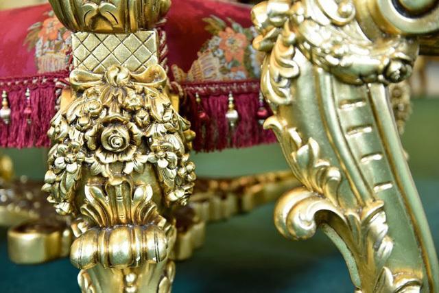 Họa tiết trên ghế được thiết kế mang đậm chất cổ điển và lấy cảm hứng từ những đồ vật trong hoàng cung xưa