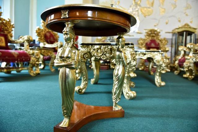 Những chiếc đôn cũng được chăm chút tỷ mỉ với các bức tượng điêu khắc mạ vàng ấn tượng